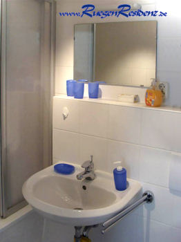Badezimmer mit Badewanne, Waschbecken und WC