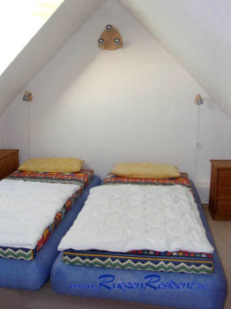 Zwei Betten im Dachgeschoß der FeWo