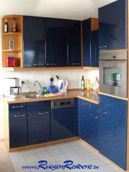 Im Wohnzimmer die offene Einbauküche