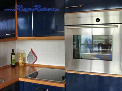 Die Einbauküche ist mit Cerankochfeld und Backofen ausgestattet
