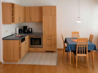 Neben der Küche befindet sich der Essplatz