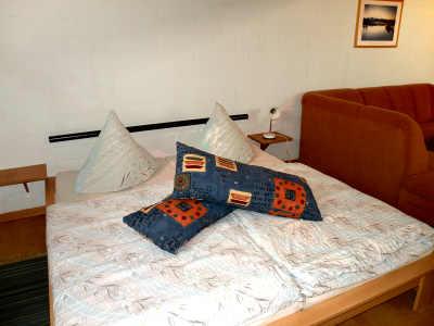 Hier kann man gut schlafen: das neue Doppelbett im Wohnraum