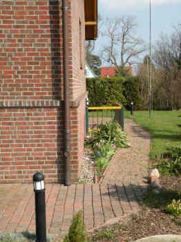 Der Weg durch den Garten und Zugang zur Ferienwohnung.
