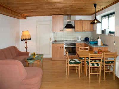 Blick durchs Wohnzimmer auf Essplatz und Küche