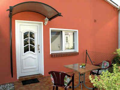 Die Terrasse vor dem Eingang zu Ihrer Ferienwohnung