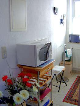 Die offene Küchenzeile mit Mikrowelle