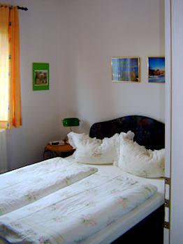 Schlafzimmer mit französischem Doppelbett