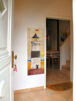 Vom Eingangsflur geht es in den großen Wohnraum im Erdgeschoß