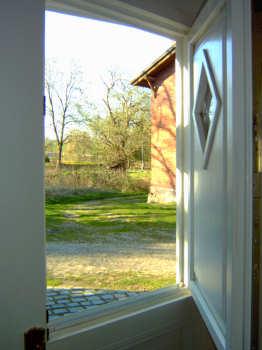 Nach historischem Vorbild sind die Eingangstüren auch halbiert als Fenster zu öffnen!