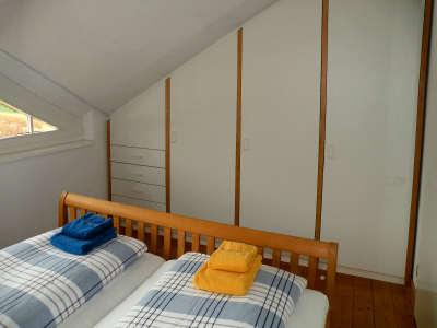 Moderne Einbauschränke im Schlafzimmer der Ferienwohnung
