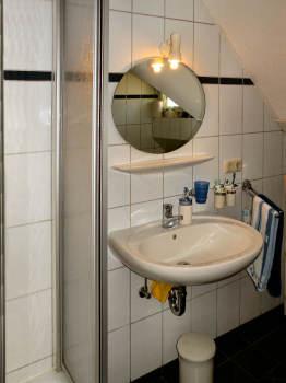 Das Bad mit Duschkabine