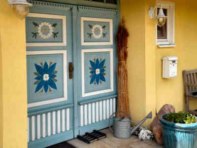 Die wunderschöne Haustür lädt ein ins Ferienhaus