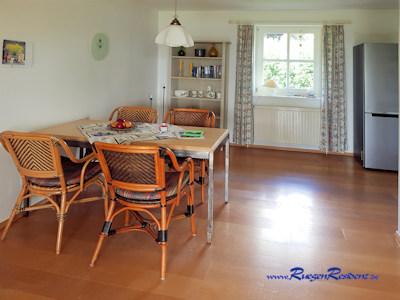 Der Esstisch im großzügigen Wohnzimmer