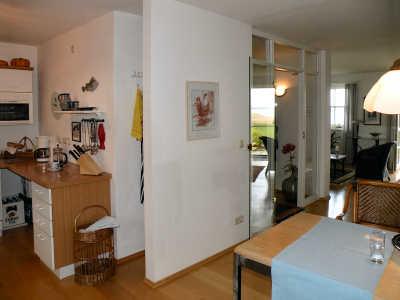 Wohnzimmer-Essplatz und Küche gehen offen ineinander über