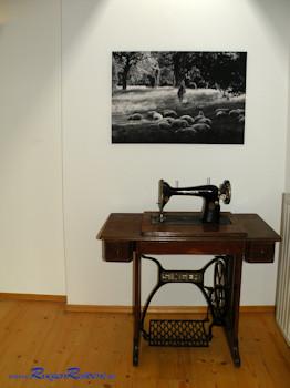 Ein besonderer Blickfang ist diese historische Nähmaschine im oberen Flurbereich