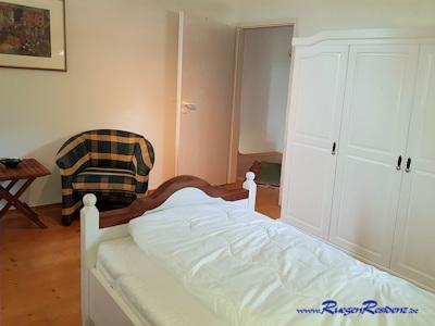Im Schlafzimmer eine kleine Sitzgruppe und Schreibtisch