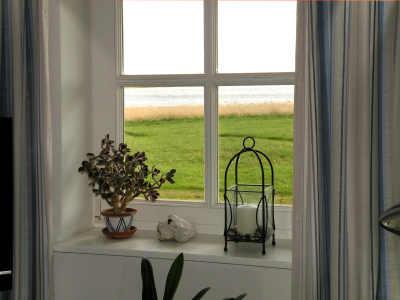 Blick durchs Wohnzimmerfenster
