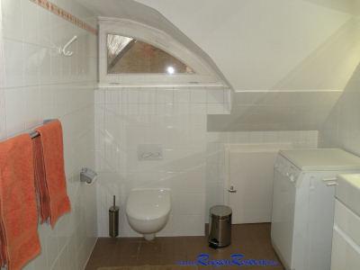 Im Badezimmer im Obergeschoß, WC und Waschmaschine ...