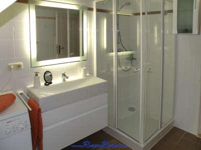 ... Waschtisch und die moderne Duschkabine