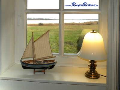 Ausblick aus dem Fenster auf das nahe Wasser