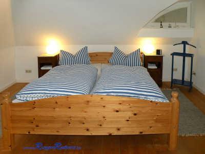 ... und massivem Landhaus- Doppelbett