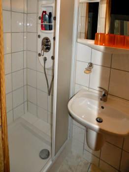 Das geflieste Duschbad der FeWo
