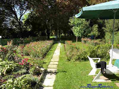 Gartenmöbel stehen den Gästen zur Verfügung