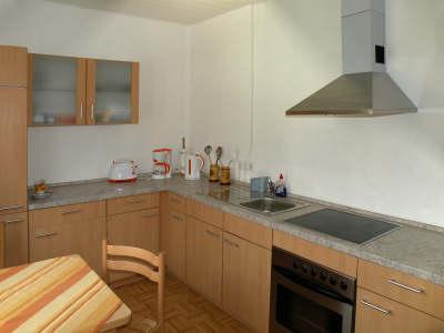 Moderne Einbauküche mit Cerankochfeld und neuem Backofen