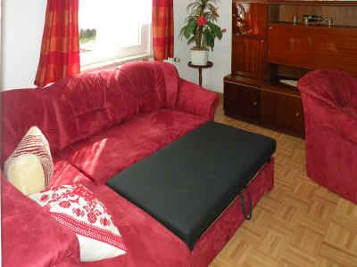 Die moderne neue Couch bietet im Wohnzimmer eine Aufbettungsmöglichkeit für einen dritten Gast