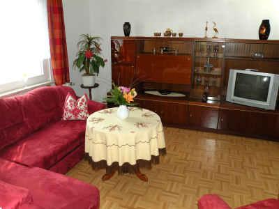 Das Wohnzimmer ist mit Sat-TV ausgestattet